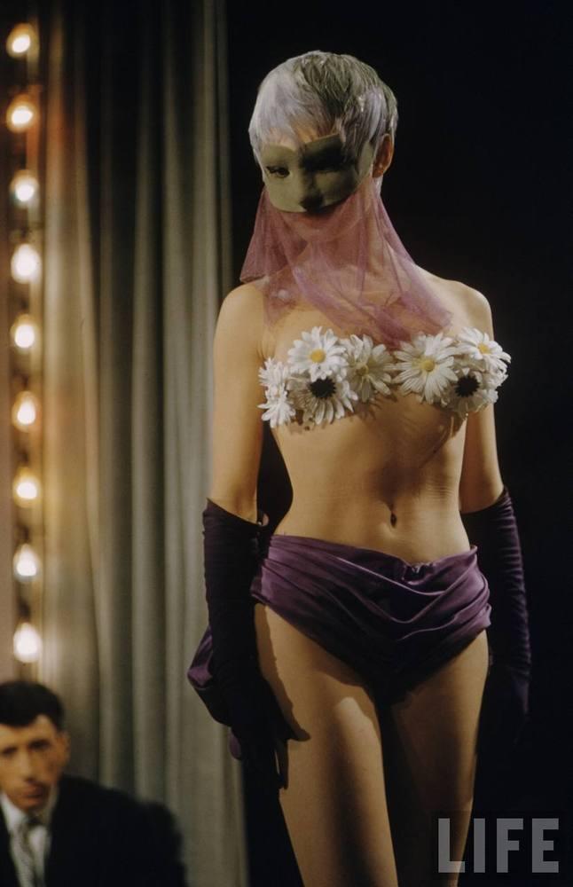 Frank_scherschel__brigitte_bardot_in_plucking_the_daisy_1956